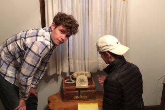 Zwei Siebzehnjährige und ein Wählscheibentelefon