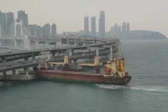 Containerschiff rammt Brücke