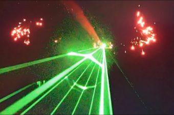 Flugshow mit Lasern und Feuerwerk