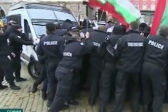 Polizei sprüht Pfefferspray gegen den Wind