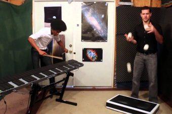 Tetris-Theme mit Marimbaspieler und Jongleur
