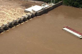 Lastschlepper zerschellen an Oklahoma Damm