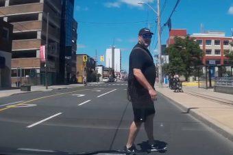 Blind über die Straße laufen