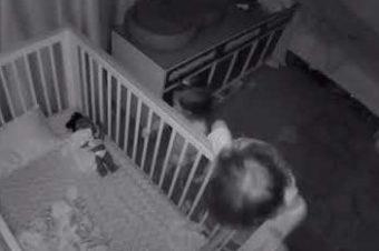 Bruder hilft kleiner Schwester aus dem Bett