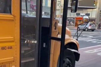 Kind wird aus dem Schulbus geworfen