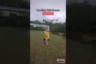 Fußball mit einer Bowlingkugel