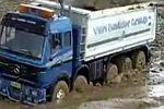 Lastwagen steckt im Schlamm
