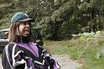 Buddy Ogün auf einer Autobahnraststätte