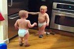 Baby-Zwillinge unterhalten sich