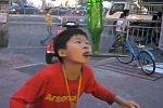 Junge Straßenakrobaten in China