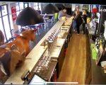 Ein Pferd in einer Bar
