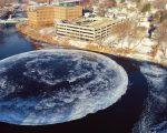 Rund Eisscholle in einem Fluss