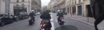 Polizeimotorräder verfolgen einen Rollerfahrer