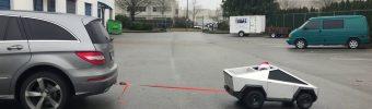 Mini Cybertruck zieht Mercedes R -Klasse