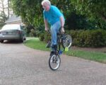 Opa auf dem BMX